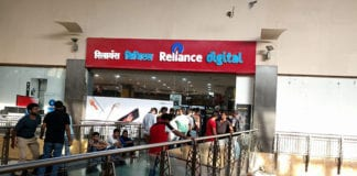 jio-line-outside-the-store-in-great-india-palace,-noida_082916104035